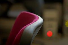 Rode stoelen dichtbij lijst abstracte achtergrond Royalty-vrije Stock Foto's