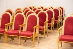 Rode stoelen in een lege concertzaal stock afbeelding