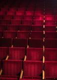 Rode stoelen in het theater Royalty-vrije Stock Afbeeldingen