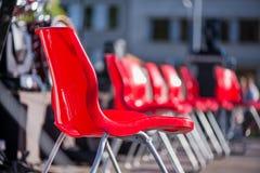 Rode stoelen op een rij op stadium Stock Foto's