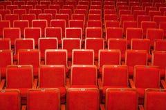 Rode stoelen voor het publiek in de bioskoop of het theater royalty-vrije stock afbeelding