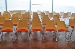 Rode stoelenconferentie Stock Afbeeldingen