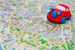 Rode stuk speelgoed auto op de kaart Royalty-vrije Stock Foto's