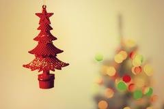 Rode stuk speelgoed boom op de achtergrond van een Kerstboom Stock Foto's