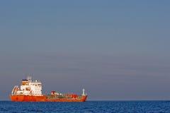 Rode tanker, blauwe overzees Royalty-vrije Stock Afbeelding