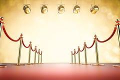 Rode tapijt en kabelbarrière met glanzende schijnwerpers Royalty-vrije Stock Afbeeldingen