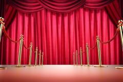 Rode tapijt en kabelbarrière met rode gordijnachtergrond Stock Afbeeldingen