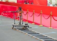 rode tapijtingang met gouden stangen en kabels Beroemdheidsbenoemden aan première Sterren op het feestelijke toekennen van prijze stock foto