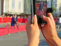 rode tapijtingang met gouden stangen en kabels Beroemdheidsbenoemden aan première Sterren op het feestelijke toekennen van prijze royalty-vrije stock afbeelding