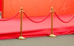 rode tapijtingang met gouden stangen en kabels Beroemdheidsbenoemden aan première Sterren op het feestelijke toekennen van prijze royalty-vrije stock foto's