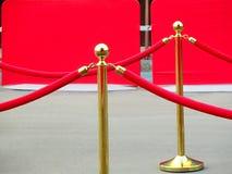rode tapijtingang met gouden stangen en kabels Beroemdheidsbenoemden aan première Sterren op het feestelijke toekennen van prijze stock afbeelding