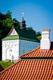 Rode tegeldak en kerk Stock Foto's