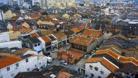 Rode tegeldaken in historisch deel van de Stad van Georgetown op Penang-Eiland, Maleisië Lucht Mening stock footage