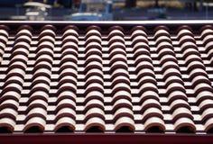 Rode tegels van een dak stock afbeeldingen