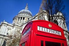Rode Telefooncel buiten St. Paul Kathedraal in Londen Royalty-vrije Stock Foto