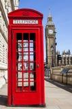 Rode telefooncel en Big Ben in Londen Stock Afbeelding