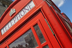 Rode telefooncel in Londen Stock Foto