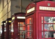 Rode telefooncellen bij nacht Stock Fotografie