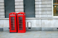 Rode Telefooncellen op straten van Londen Stock Foto