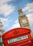 Rode telephoncabine tegen de Big Ben Stock Afbeelding