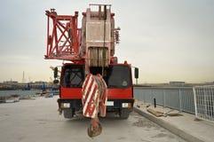 Rode telescopische kraan, de wegwerken royalty-vrije stock afbeelding