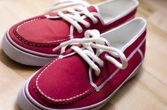 Rode tennisschoenen Royalty-vrije Stock Afbeeldingen