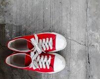 Rode Tennisschoenen Stock Afbeeldingen