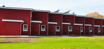 Rode terrasvormige huis zij-mening stock afbeelding