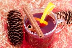 Rode thee met pijpjes kaneel Royalty-vrije Stock Afbeelding