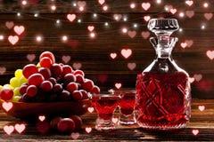Rode tint in een karaf op houten uitstekende achtergrond royalty-vrije stock fotografie