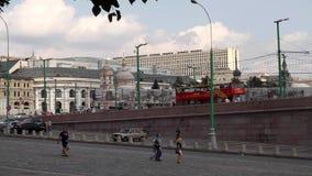 Rode toeristenbus in het hart van Moskou stock footage