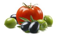 Rode tomaat, groene en zwarte die olijven op witte achtergrond wordt geïsoleerd royalty-vrije stock afbeeldingen