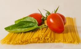Rode tomaten, basilic en deegwaren Stock Fotografie