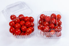 Rode tomaten in een plastic container Royalty-vrije Stock Foto's