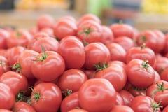 Rode tomaten in een supermarkt ruwe tomaten op markt Verse rode tomaten in supermarkt Stock Afbeelding