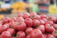 Rode tomaten in een supermarkt ruwe tomaten op markt Verse rode tomaten in supermarkt Royalty-vrije Stock Foto