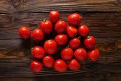 Rode tomaten met waterdalingen Tomaten van verschillende verscheidenheden omatoes achtergrond Het verse concept van het tomaten G Stock Afbeeldingen