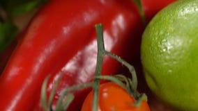Rode tomaten op de lijst stock videobeelden