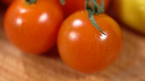 Rode tomaten op de lijst stock video