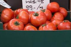 Rode Tomatengroenten in de markt Stock Afbeelding