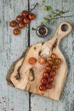 Rode tomatenkers met een knipselraad op een houten achtergrond Royalty-vrije Stock Foto's