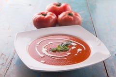 Rode Tomatensoep met Zware Room Stock Afbeeldingen