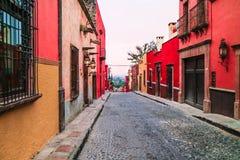 Rode toon van de huizen tussen straat in de oude stad Stock Foto's