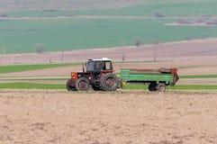 Rode tractor die binnenlandse mesten vervoeren stock foto's