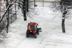Rode tractor die de straten schoonmaken Stock Fotografie