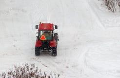 Rode tractor die de straten schoonmaken Royalty-vrije Stock Fotografie