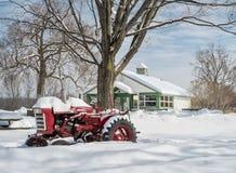 Rode tractor in sneeuw Royalty-vrije Stock Afbeelding