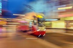 Rode tram op stedelijke stadsstraat met het effect van het motieonduidelijke beeld Royalty-vrije Stock Fotografie