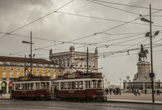 Rode tram in Praça do Comércio, Lissabon, Portugal Royalty-vrije Stock Foto's