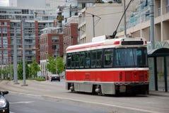 Rode tram. Stedelijk landschap. stock afbeeldingen